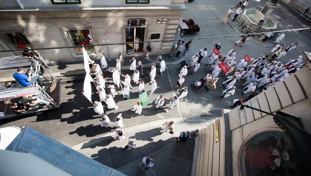 2000 Ärzte protestierten auf der Ringstraße (Bild: APA/GEORG HOCHMUTH)