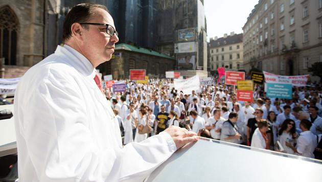 Ärztekammerpräsident Thomas Szekeres warnt vor einer Reduktion der ärztlichen Arbeitszeiten. (Bild: APA/GEORG HOCHMUTH)