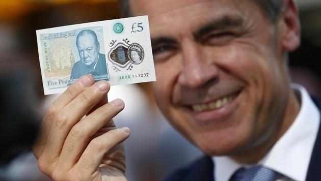 Gro�britanniens Notenbankchef Mark Carney mit dem neuen F�nfer (Bild: APA/AFP/POOL/STEFAN WERMUTH)