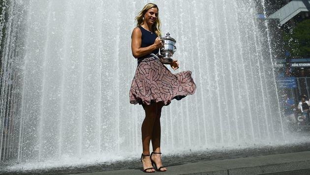 US-Open-Siegerin Angelique Kerber posiert stolz mit ihrer Trophäe. Fesch! (Bild: APA/AFP/JEWEL SAMAD)