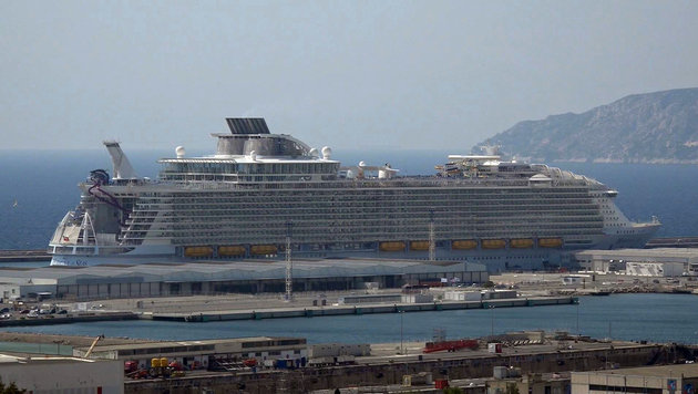 "Die ""Harmony of the Seas"" im Hafen von Marseille (Bild: ASSOCIATED PRESS)"