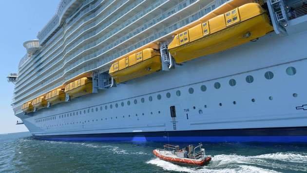 Eines dieser gelben Rettungsboote hat sich gelöst. (Bild: APA/AFP/JEAN-FRANCOIS MONIER)