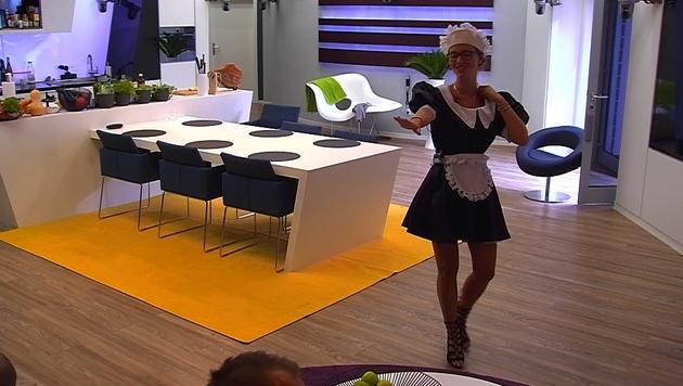 """Cathy Lugner muss bei """"Promi Big Brother"""" im Dienstmädchen-Outfit tanzen. (Bild: Sat.1)"""