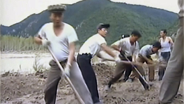 Das staatliche Fernsehen berichtet laufend über die Aufräumarbeiten. (Bild: ASSOCIATED PRESS)