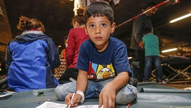 Ein Flüchtlingskind vergangenes Jahr in der  Bahnhofsgarage: Keine Chance auf Bildung ab 15 Jahren? (Bild: Markus Tschepp)