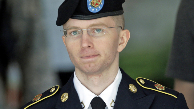 Chelsea Manning in ihrer Zeit als Bradley Manning in Militäruniform (2013) (Bild: Associated Press)