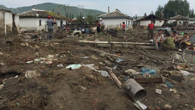 Dort, wo sich die Fluten zurückziehen, hinterlassen sie Zerstörung. (Bild: APA/AFP/UNICEF DPRK/MURAT SAHIN)
