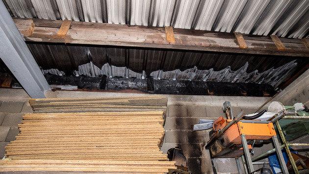 Gewerbebetrieb in Flammen: Mitarbeiter verletzt (Bild: Stefan Schneider/BFK BADEN)