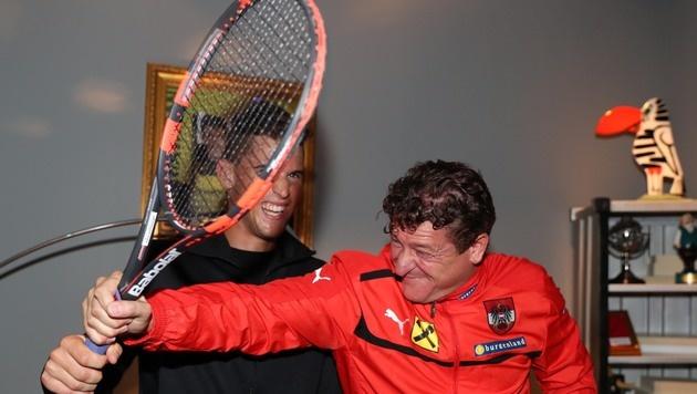 Querschläger mit dem Tennisschläger: Dominic Thiem mit Comedy Hirte Peter Moizi (Bild: KRISTIAN BISSUTI)