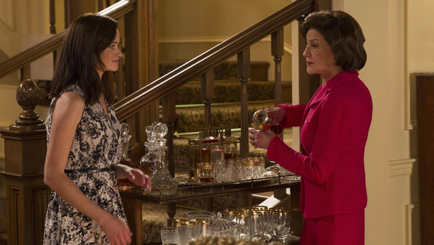 """Szene aus """"Gilmore Girls"""": Rory (Alexis Bledel) im Gespräch mit Oma Emily Gilmore (Kelly Bishop) (Bild: Viennareport)"""