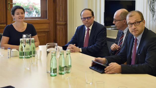 Stadträtin Sonja Wehsely, Thomas Szekeres und  Vertreter der Ärztekammer (Bild: APA/HANS PUNZ)