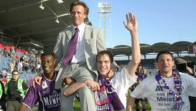 2003 feierten die Austrianer (Akoto, Dospel, Flögel, von links) mit Daum den Titel. (Bild: AP)