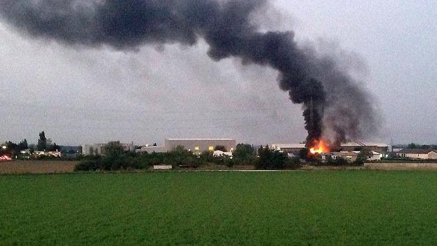 Gewerbebetrieb in Flammen: Mitarbeiter verletzt (Bild: Michael LECHNER)