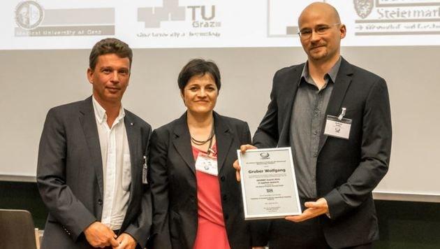 """Dr. Wolfgang Gruber (re.) mit der Auszeichnung: """"Es ist ein vielversprechender Therapieansatz."""" (Bild: ÖGMBT/Fabian Istel)"""