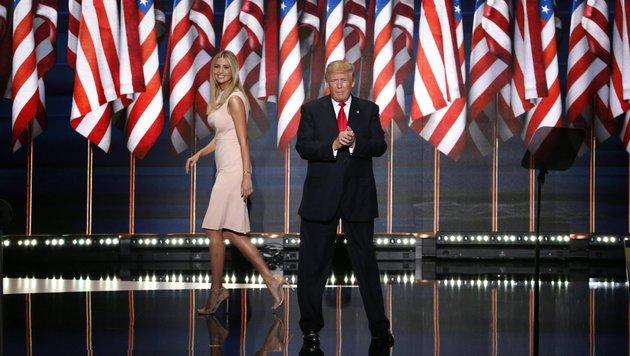 Ivanka Trump auf der Bühne mit Vater Donald (Bild: EPA)