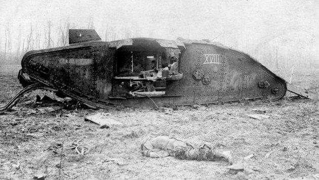 Ein weiterer Panzer - hier der Typ Mark V -, der im Ersten Weltkrieg zerst�rt wurde (Bild: Deutsches Bundesarchiv)