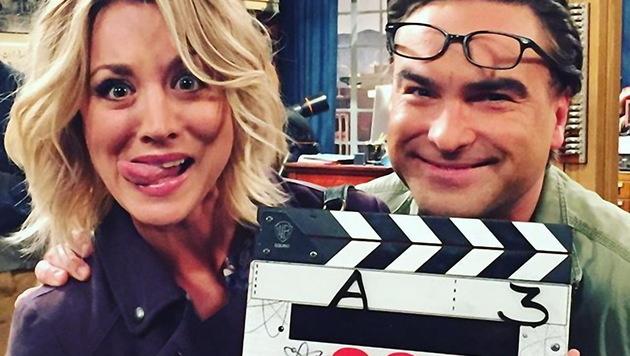 """Kaley Cuoco und Serien-Ehemann Johnny Galecki am Set von """"The Big Bang Theory"""". (Bild: Viennareport)"""
