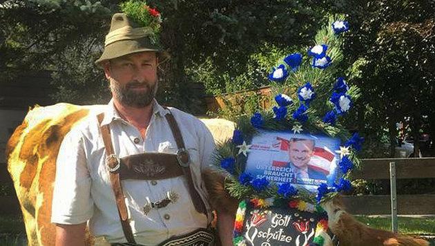 """Der Götzner Gemeinderat und Bauer Christian Abentung posiert stolz neben seiner """"Wahlkuh"""". (Bild: APA/FPÖ-TIROL)"""