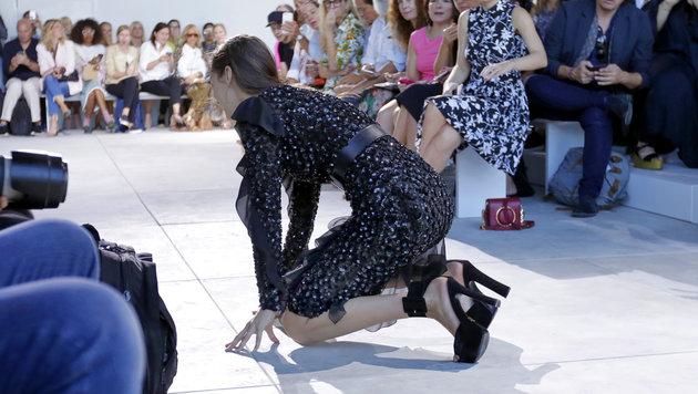 Bella Hadid stürzt am Laufsteg (Bild: AP)