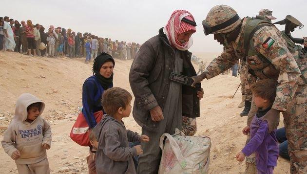 Ein jordanischer Soldat bei der Kontrolle von syrischen Flüchtlingen an der Grenze (Bild: APA/AFP/KHALIL MAZRAAWI)