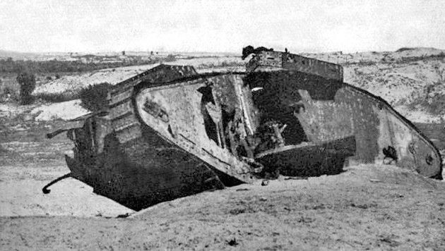 Viele Panzer des Ersten Weltkriegs blieben als Wracks auf den Schlachtfeldern liegen. (Bild: Public Domain)