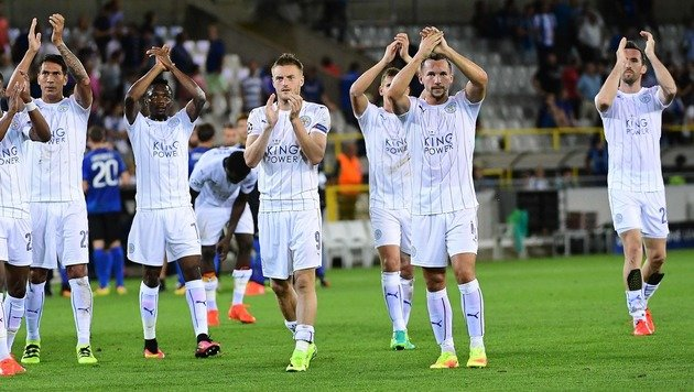 Christian Fuchs (ganz rechts) und Co. bejubeln mit ihren Fans den Sieg beim FC Brügge. (Bild: AFP)