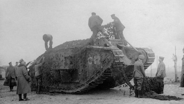 Damit der Feind sie nicht so leicht entdeckt, wurden die Panzer des Ersten Weltkriegs getarnt. (Bild: Deutsches Bundesarchiv)