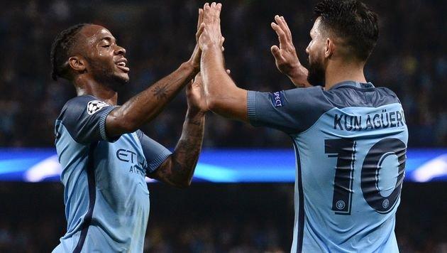 Raheem Sterling und Sergio Aguero klatschen nach dem 4:0 von Manchester City ab. (Bild: AFP)