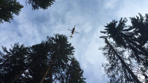 Der Rettungshelikopter über der Unglücksstelle (Bild: LM d.V. Hannes Mörth)