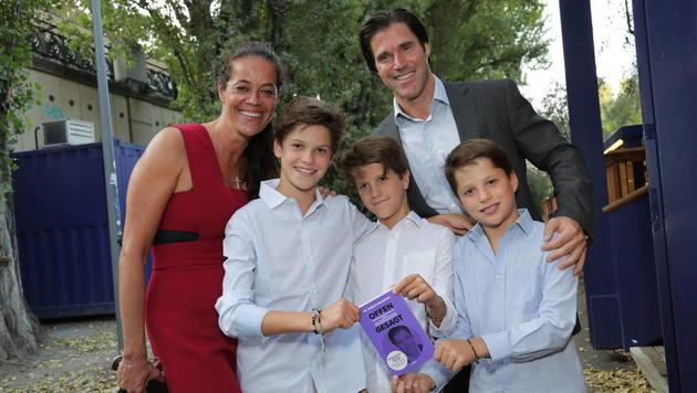 Tassilo Wallentin mit Ehefrau Patricia und den Kindern Tilman, Tristan und Tassilo (Bild: Starpix/Alexander TUMA)