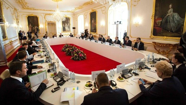 Beratungen der EU-27 vor prunkvoller Kulisse in Pressburg (Bild: APA/AFP/VLADIMIR SIMICEK)