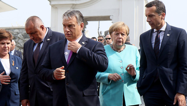 Kern, Merkel, Orban, Bulgariens Borissow und Polens Szydlo (v.re.n.li.) beim Gipfel (Bild: ASSOCIATED PRESS)