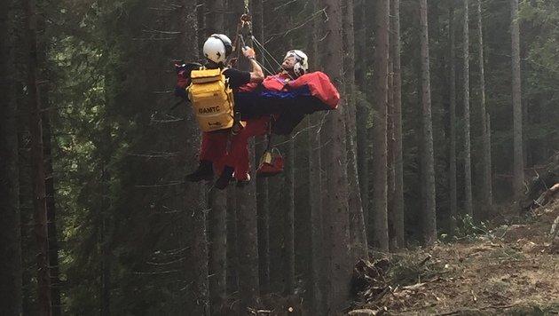 Mittels Seil wurde der verletzte Steirer in den Helikopter gehievt. (Bild: LM d.V. Hannes Mörth)