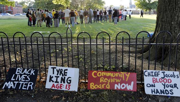 Angehörige und Nachbarn halten eine Mahnwache für den erschossenen 13-Jährigen ab. (Bild: Associated Press)