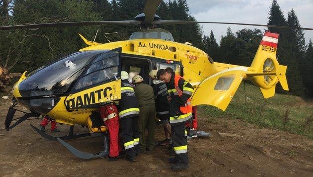 Der Verletzte wurde zunächst im Hubschrauber versorgt und anschließend weiter ins Spital gebracht. (Bild: LM d.V. Hannes Mörth)