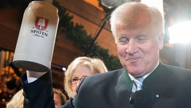 Bayerns Ministerpräsident Horst Seehofer erhielt traditionell die erste Maß. (Bild: APA/dpa/Peter Kneffel)