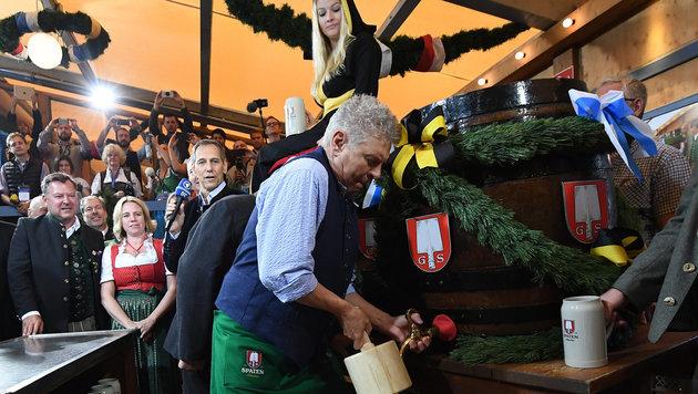 Beim traditionellen Fassanstich benötigte Münchens Oberbürgermeister Dieter Reiter zwei Schläge. (Bild: APA/dpa/Peter Kneffel)