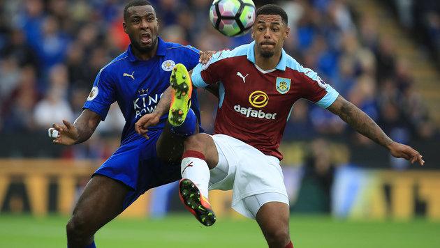Zweikampf zwischen Leicester-Ass Wes Morgan und Burnleys Andre Gray (Bild: AP)