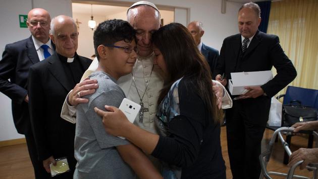 Rom: Papst Franziskus besuchte Neugeborenenstation (Bild: APA/AFP/OSSERVATORE ROMANO)