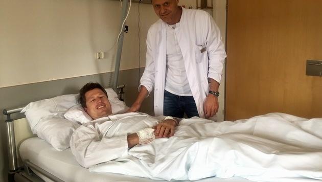 Hannes Reichelt mit Dr. Michael Gabl im Sanatorium Kettenbrücke (Bild: Hannes Aichner/ÖSV)