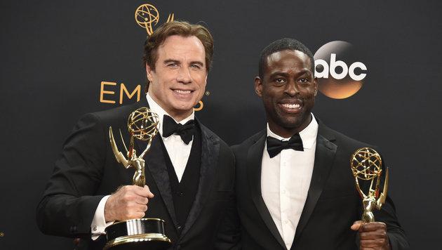 """John Travolta und Sterling K. Brown mit ihren Darsteller-Emmys für """"The People v. O.J. Simpson"""". (Bild: Jordan Strauss/Invision/AP)"""