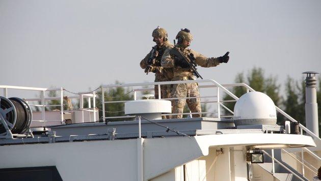 """Jagdkommando stürmt """"Schlepperschiff"""" auf Donau (Bild: Martin A. Jöchl)"""