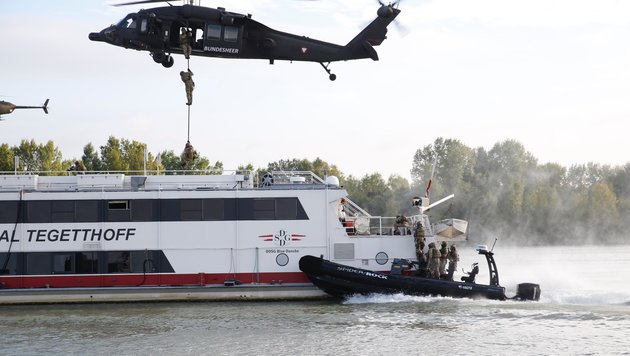 Zu Wasser und aus der Luft: Jagdkommando-Soldaten stürmen die Tegetthoff. (Bild: Martin A. Jöchl)