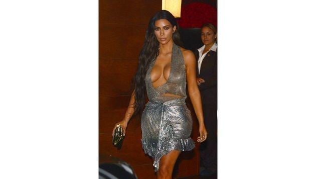 Kim Kardashian im silbernen Horror-Fummel (Bild: Viennareport)