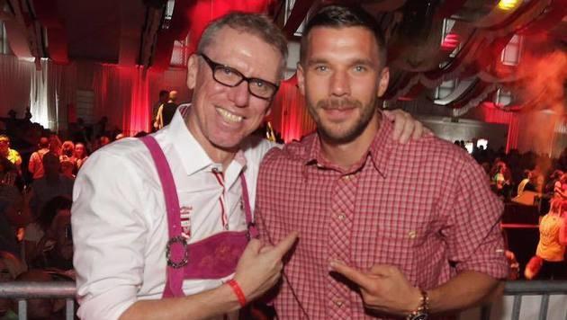 O'zapft is! Auch auf der Kölschen Wiesn. Peter Stöger feiert mit Lukas Podolski! (Bild: facebook.com/Lukas Podolski)