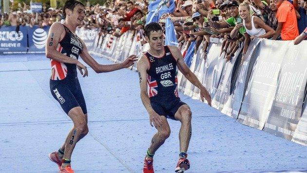 Triathlon-Drama! Brite schleppt Bruder ins Ziel (Bild: AFP)