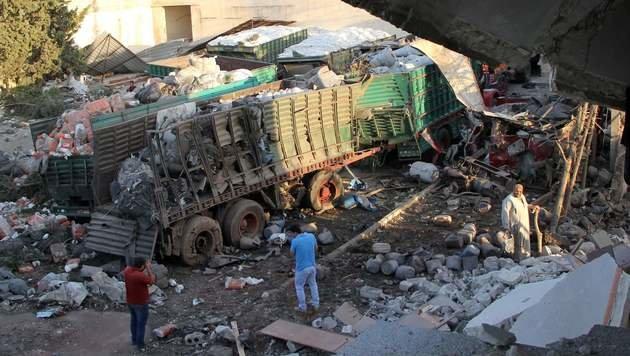 Diese Lkw hätten lebenswichtige Güter nach Aleppo bringen sollen. (Bild: AFP)