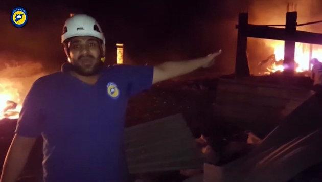 Der Mitarbeiter einer Hilfsorganisation am Ort des Luftangriffs (Bild: ASSOCIATED PRESS)