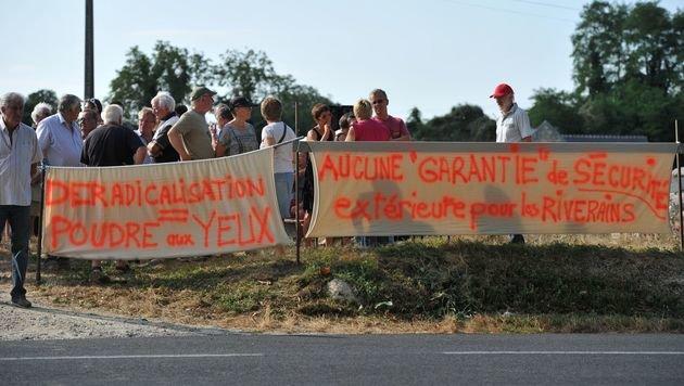 Viele Anrainer haben Angst und protestieren seit Wochen gegen die Eröffnung der Einrichtung. (Bild: APA/AFP/GUILLAUME SOUVANT)