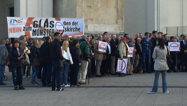 Demonstranten vor der Wiener Karlskirche (Bild: Robert Herbst)